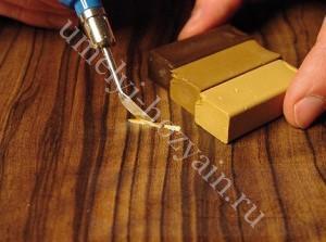 ubrat-carapiny-laminata-vosk-mastika-1